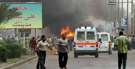 Røyken stiger opp etter  eksplosjonene. Foto: Ali Jasim, Reuters