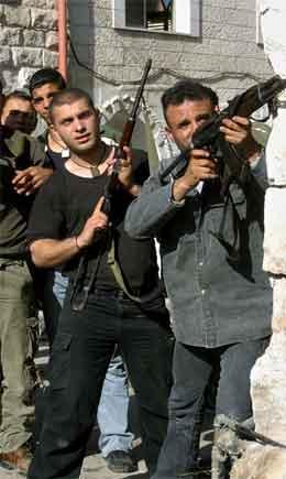 Militante frå Al Aqsa-brigadane i aksjon under eit israelsk raid i Nablus sist helg. (Foto: AP/Scanpix)