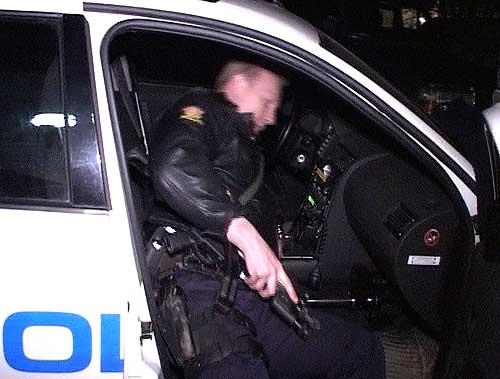 Politiet bevæpnet seg med maskinpistoler før de gikk til aksjon. Foto: Frank Nygård, NRK.