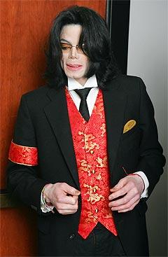 Michael Jackson snakker med noen i det han forlater rettssalen i Santa Barbara torsdag. Foto: Robyn Beck, AP Photo.