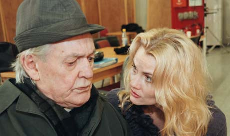 Lothar Lindtner i en av sine siste roller, i TV-serien Offshore, her sammen med Mia Gundersen. Foto: NRK