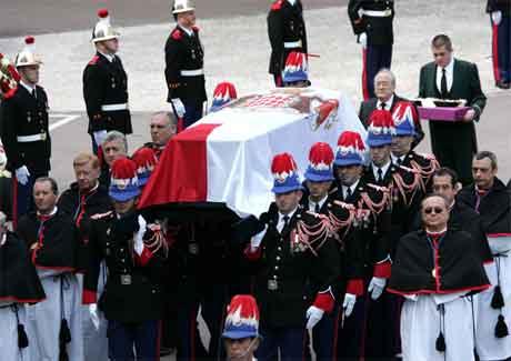 Fredag 15. april vart fyrst Rainier gravlagd i Monaco. (Foto: AFP/Scanpix)