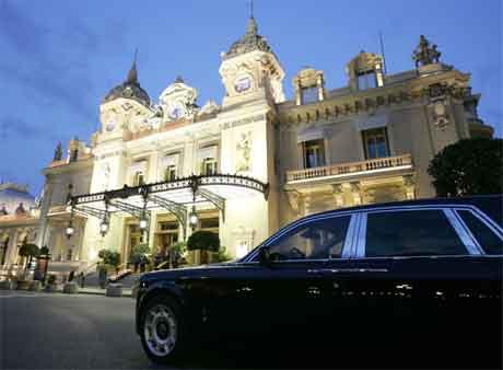 Det vidgjetne kasinoet i Monaco er eit av symbola på rikdomen som pregar fyrstedømmet. (Foto: AFP/Scanpix)