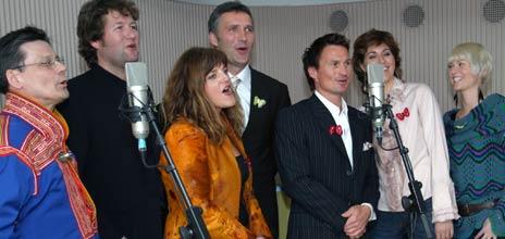 <b>God stemning da ambassadørene dro i gang med «Du ska få en dag i mårå».</b> Fra venstre: Bjarne Brøndbo, Ole Henrik Magga, Hilde Frafjord Johnson, Kronprins Haakon, Jens Stoltenberg, Sissel Kyrkjebø, Bertine Zetlitz og Petter Stordalen.