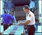 Stemmesedlene blir fraktet med lastebil. (Foto: APTN)