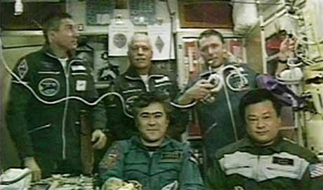 Folkerikt på ISS. Foran sitter det gamle mannskapet, Sharipov (t.v.) og Chiao. Bak står nykomlingene Krikalev (t.v.), Philips og Vittori. (Foto: NASA/Reuters/Scanpix)