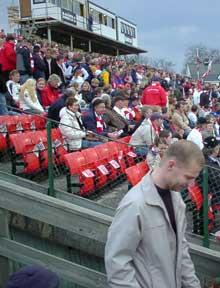 """Det gamle stadionanlegget på Holmen lever på """"lånt tid"""", og fotballforbundet har gitt FFK dispensasjon til å spille der inntil nytt anlegg er nygget. Foto: Rainer Prang, NRK."""