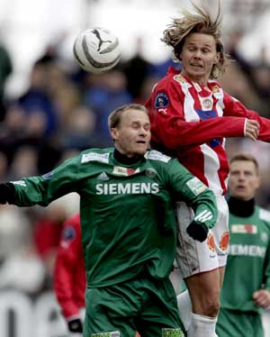 Gjestenes Geir Frigård (t.v.) i duell med Bjørn Johansen i tippeligakampen mellom Tromsø IL og Ham-Kam på Alfheim stadion i Tromsø søndag. (Foto: Erlend Aas / SCANPIX)