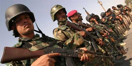 Irakiske soldater forberedte seg i går på å omringe Madaen, der de trodde det var tatt 150 gisler (Scanpix/Reuters)