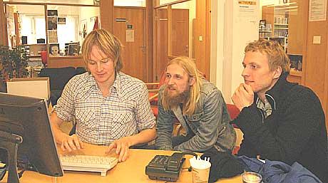 Øystein Greni er fungerende sekretær i BigBang. Trommis Olav Olsen og bassist Erik Tresselt dikterer. Foto: Arne Kristian Gansmo, NRK.
