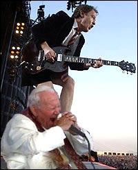 Ondsinnede rykter vil ha det til at paven nå synger Highway to Hell.