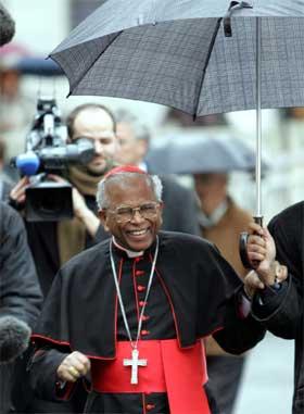 Kardinal Arinze på vei til Vatikanet. (Foto: AP/Scanpix)