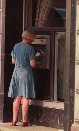 Hvis både minibankene fjernes og bruk av kontanter i butikkene forsvinner, vil det gjøre det svenske samfunnet billigere, hevdes det i svensk debatt. Foto: Scanpix