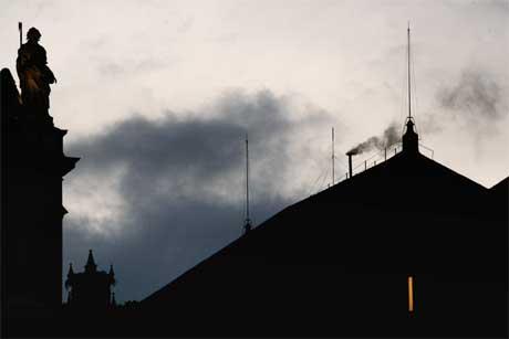 Svart røyk stiger opp fra skorsteinen på Det sixtinske kapell. (Foto: AFP/Scanpix)