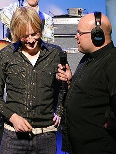Øystein Greni ble intervjuet av programleder i Kveldsåpent Eirik Kjos før konserten begynte. Foto: Arne Kristian Gansmo, NRK.