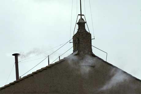 Ingen tvil: Røyken er hvit, og en ny pave er valgt. (Foto: AFP/Scanpix)