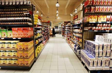 Vareutvalg og priser blir hemmet av dagens system, der leverandører må betale for å få innpass i butikkhyllene. (Arkivfoto: Erlend Aas/Scanpix)