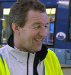 Jan Georg Fjeld har jobbet i verkstedindustrien siden han var femten. Han har fått ødelagt hørselen. Foto: NRK