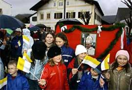 FEIRET: Alle i den lille byen Marktl am Inn feiret i går. (Foto: Scanpix)