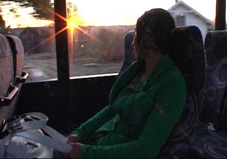 Det blir mange timer på buss i året for Shiwin ( Foto: Heidi Gomnæs, NRK )