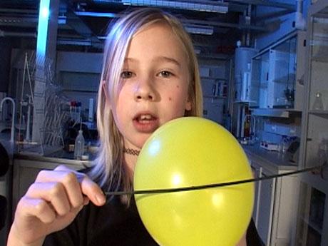 Du trenger bare en spiss pinne og en ballong for å gjøre dette forsøket (Foto: NRK)