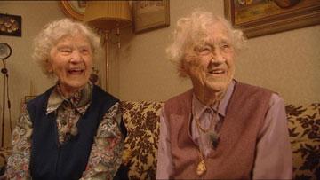 Siri Ingvarsson og Gunnhild Gällstedt er hundre år og Nordens eldste tvillingpar. Gjennom årene har de deltatt i mange medisinske studier. Foto: NRK