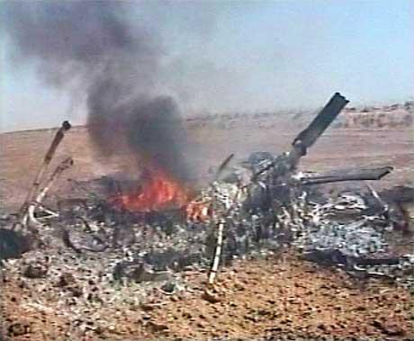 Det var ikke mye igjen av helikopteret etter nedskytingen. (Foto: Reuters/Scanpix)