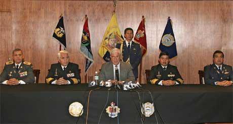 Lucio Gutierrez måtte konstatere at han ikke fikk støtte fra militæret. her på en pressekonferanse sammen med sjefene i det ecuadorske forsvaret. (Foto: AFP/Scanpix)