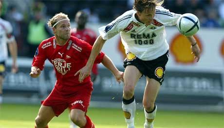 Sist lagene møttes på Lerkendal stadion. Her header Frode Johnsen (t.h.) ballen vekk fra Roger Risholt. ( Foto: Gorm Kallestad / SCANPIX )