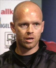 Henning Berg på fredagens pressekonferranse. (Foto: NRK)