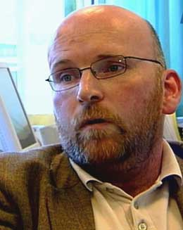 Fungerende avdelingsdirektør i Lotteritilsynet, Bård Eikeset advarer mot å la seg friste av pengespillet. (Foto: NRK)