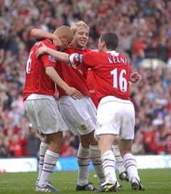 Manchester Uniteds Wes Brown (t.v.) jubler sammen med Alan Smith og Roy Keane etter 2-1-målet. (Foto: AFP/Scanpix)