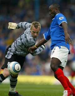 Portsmouths LuaLua passerer Southampton-keeper Antti Niemi og scorer. (Foto: AP/Scanpix)