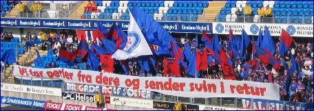 En stor Vålerenga-klan feirer at Steffen Iversen og VLF snudde kampen på Molde stadion. Foto: Gunnar Sandvik