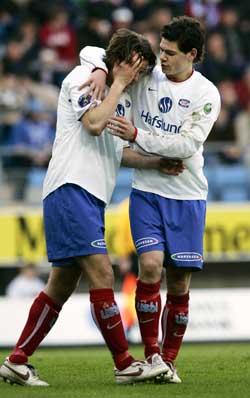 Morten Berre (t.v.) skadet seg duellen der han gjorde 1-1 i kampen mellom Molde og Vålerenga søndag. Daniel Fredheim Holm (t.h.) var blant de første til å gratulere Berre. (Foto: Erlend Aas / SCANPIX)