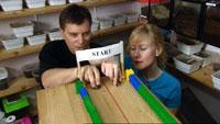 Farten kan komme opp i 1,5 m/s. Jan Ove Rein og Ragnhild Krogvig Karlsen tester. Foto: NRK.