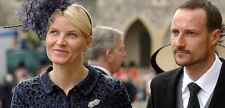 Kronprinsparet var gjester under bryllupet i Windsor 9.april. Foto: Martin Hayhow, AP