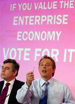 Tony Blair slo hardt tilbake mot opposisjonen i dag. Til venstre finansminister Gordon Bropwn