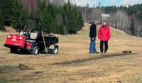 Peder Mørk og Arne Tronsmo ser på skader på golfbanen. Foto: NRK