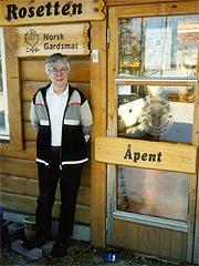 På gårdsbutikken Rosetten selger Inger S Rosenfeld sine oster og andre produkter fra gården. (Foto: Haakon D Blaauw)