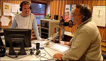 Stian Sjursen og Birger Meland i radiostudio på morgonsending. (Foto: Arild Nybø, NRK)