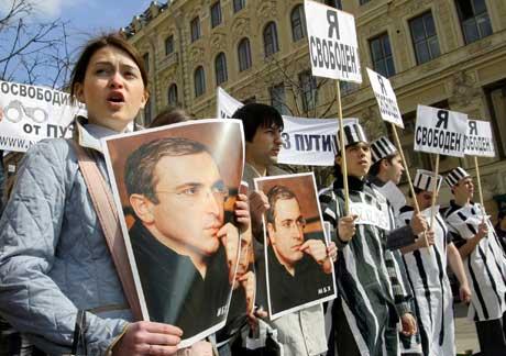 Tilhengere av Khodorkovskij var raskt ute på gatene da det ble kjent at kjennelsen var utsatt (Scanpix/AFP)