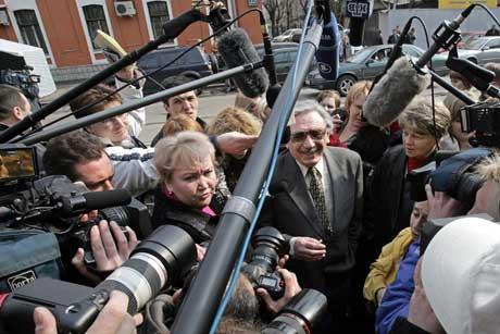 -Utsettelsen skyldes den store interessen saken har vakt i utlandet, sa Boris Khodorkovskij, Mikhails far, til journalister utenfor rettslokalet (Scanpix(AFP)