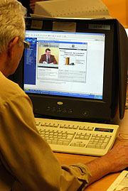 Det er et demokratisk problem at så få eldre behersker datateknologi. Illustrasjonsfoto: Tor Richardsen / SCANPIX