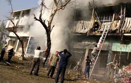 Irakere leter etter overlevende etter en av dagens mange selvmordsangrep i Bagdad. (Foto: T. Al-Sudani, Reuters.)