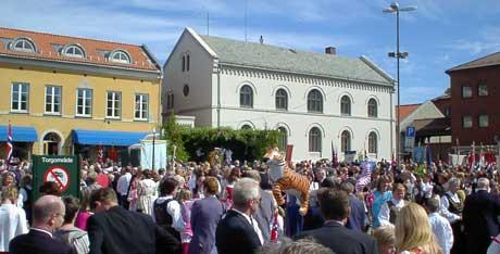 Barnetoget, med mange tusen barn fra barne- og ungdomsskolene og de videregående skolene ender på Halden torv, der avslutningsseremoniene holdes. Foto: Rainer Prang, NRK.