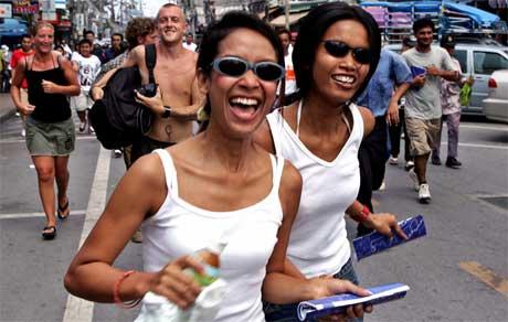Thailendere og turister tok øvelsen med et smil. (Foto: Scanpix / Reuters)