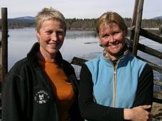 Kari Toft (til venstre) blir med Kristin Evensen Gangås ned i et bjørnehi i friluftsmagasinet. Foto: Trond Høye.