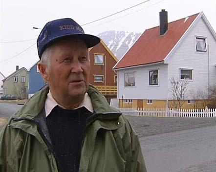 Kåre Hansen er pensjonert postbestyrer på Sørvær. (Foto: Harald Gundersen/NRK)