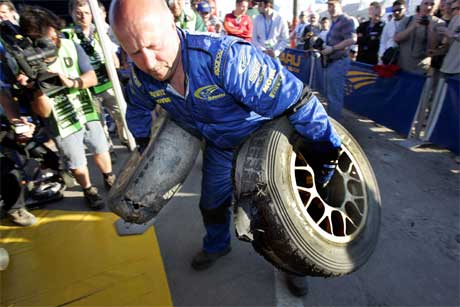 To av Petter Solbergs Pirelli-dekk eksploderte fredag på den siste fartsprøven i Rally Italia Sardinia. En mekaniker fjernet dekkene umiddelbart for nærmere ettersyn. Sammenlagt ligger Solberg på andreplass. Foto: Heiko Junge / SCANPIX